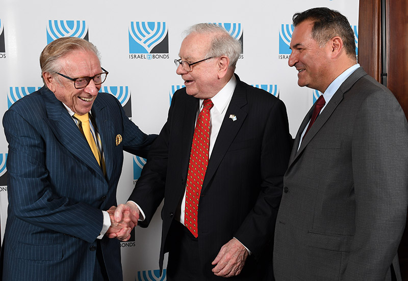 Israel-Maimon-Warren-Buffett_800px